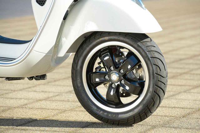 画像: 前後ホイールは12インチ径。スポーティな5本スポークデザインのキャストホイールは、上位モデルであるGTS300と共通のもの。タイヤサイズはフロントが120/70、リアは130/70とこれもGTS300と同サイズの設定。