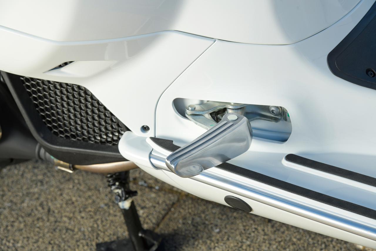 画像: パッセンジャーが安心してタンデム走行を楽しむのに欠かせない、折りたたみ式のタンデムステップ。ステップ本体はアルミ製で上質な造り。ステップの折りたたみ機構はリンク構造が採用された凝ったもので、ボディラインに沿ってきれいに格納される。