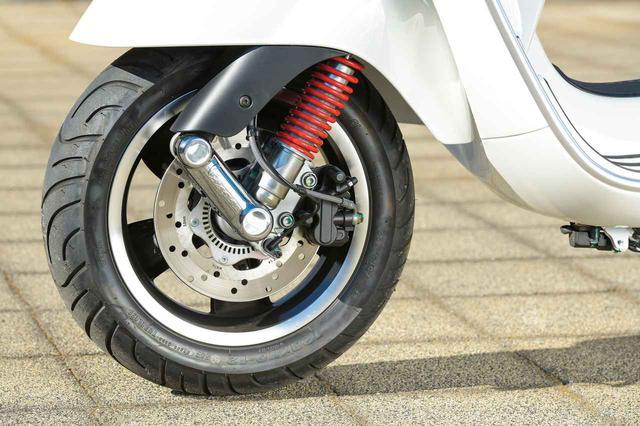 画像: フロントサスペンションは、ベスパ伝統の片持ち構造を採用したリンクアーム油圧式。ブレーキは前後ともφ220㎜ローターのディスクブレーキで、ABSも採用されている。