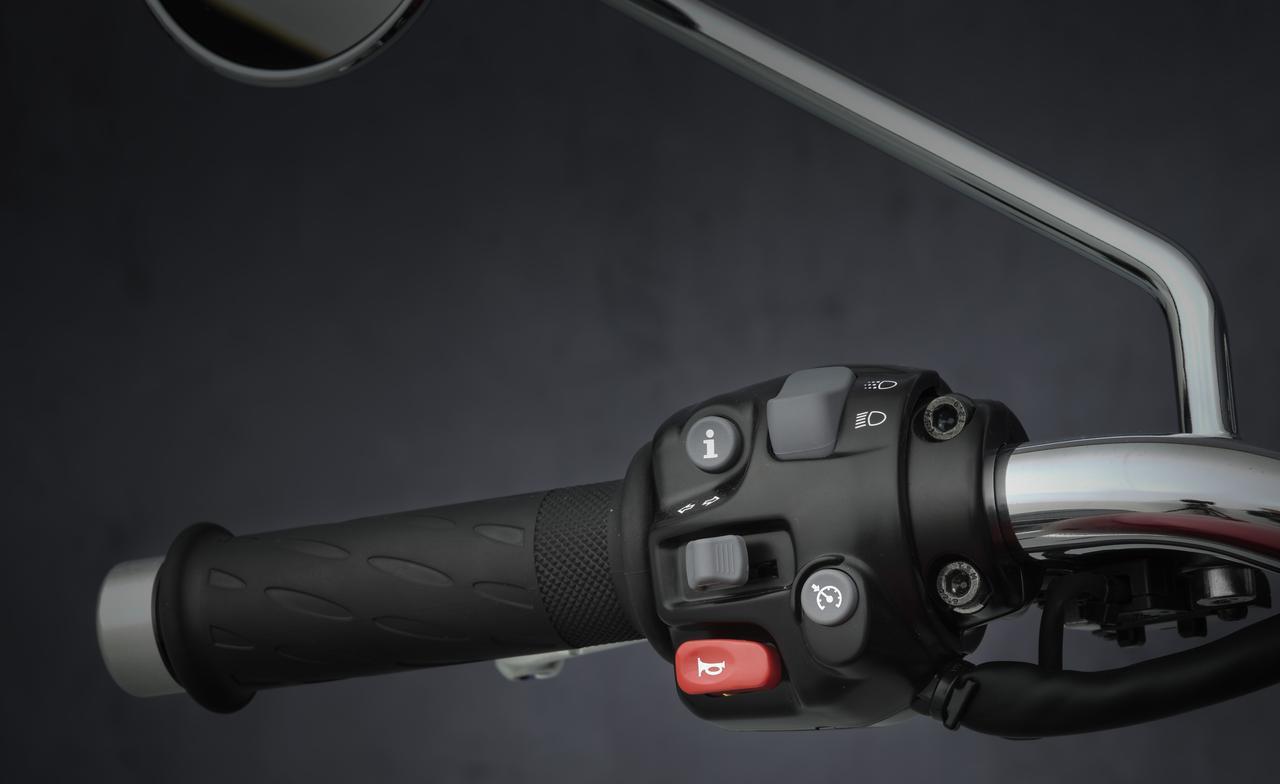 画像: クルーズコントロールのボタンはハンドルの左手側に配置。