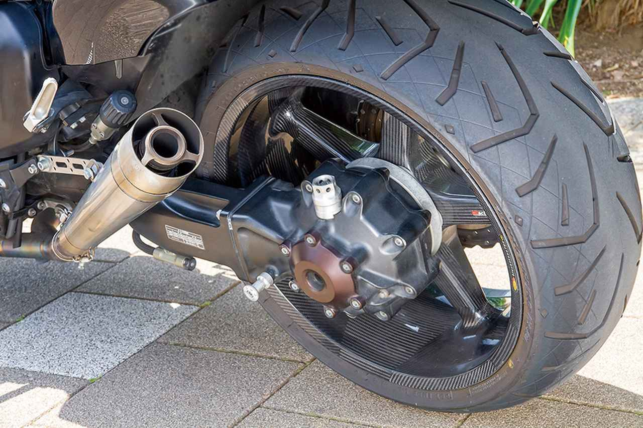 画像: ホイールはBSTカーボンでフロントは純正同等の3.50-18、リヤは[純正:6.00→]8.00-18サイズとする。これに合わせ、リヤのタイヤサイズは200/50-18から240/40-18にワイド化。なお、ホイールベアリングはレッドモーターでドラッグレース用にもよく使うセラミック製で、走行抵抗を減少できるものだ。