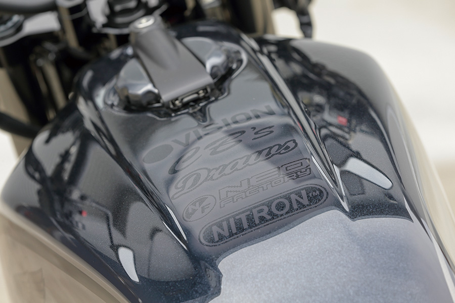 画像: 外装はドローズ、フレームやエンジンはBPナカヤマがそれぞれ塗装。カーボンパターン+アルカンターラのシートはネオファクトリーによる。