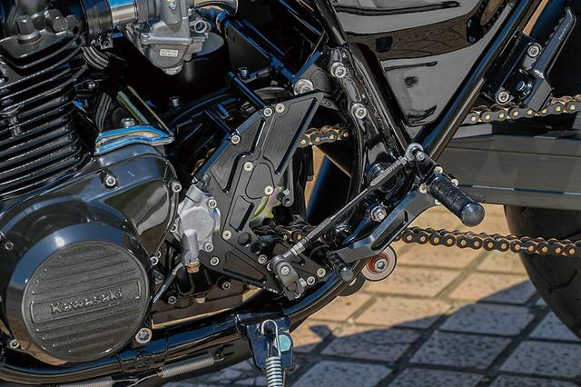 画像: フレームにはサンクチュアリーST-Ⅱ補強やチェーン軌道のインライン処理も施される。ステップキットはナイトロレーシング製。