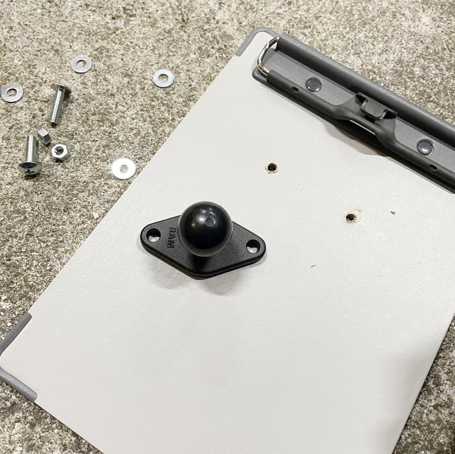 画像: この穴にRAMマウントの菱形ジョイントブロック(RAM-B-238U)をボルトで付けます。