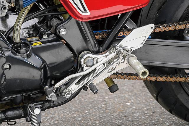 画像: アルミ削り出しのステップキットはオーヴァーレーシング、ドライブチェーンはEKの530サイズ(CB750Fノーマルの50サイズと同じ)だ。