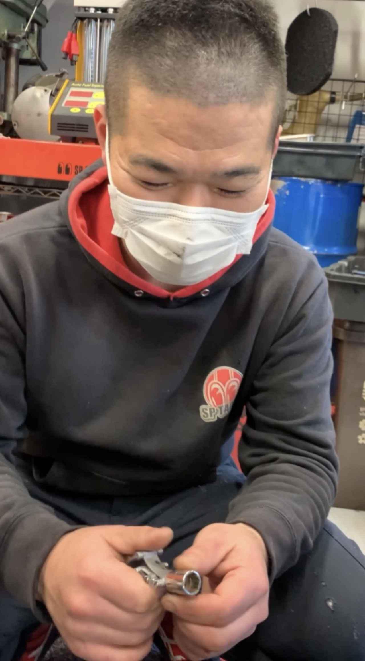 画像: 相談に乗ってくださったのは、SP忠男 浅草店のメカニック橋本さん。手に取るなり「これ、スゲェ!」と大興奮でした。