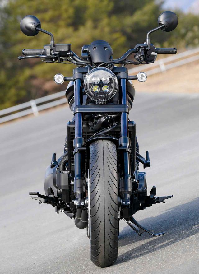 画像: 車幅は850(DCTは830)mm。スリムさが際立つ。ハンドルバーは左右巾を抑えたタイプで、一見スポーツバイクのようでもある。