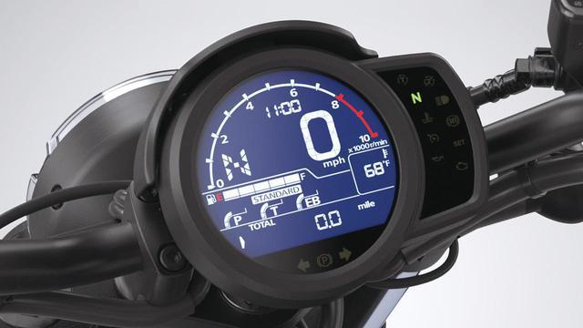 画像: メーターは反転表示の液晶タイプで、ライディングモードや燃料計、ギアポジション、タコメーターを表示。写真はナイトモード。