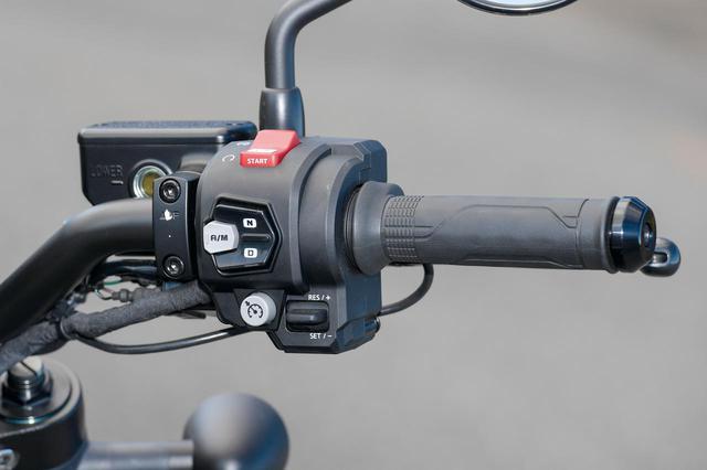 画像: スロットルバイワイヤを採用。写真のDCT車はモードスイッチのほか、クルーズコントロールと速度調整のスイッチも備わる。