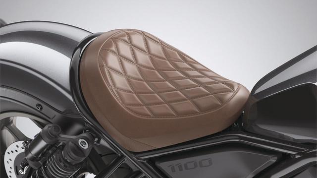 画像: スペシャルメインシート 税込価格1万4300円 ダイアモンドステッチ風デザインのシート。ブラックのほかにブラウンもラインアップ。