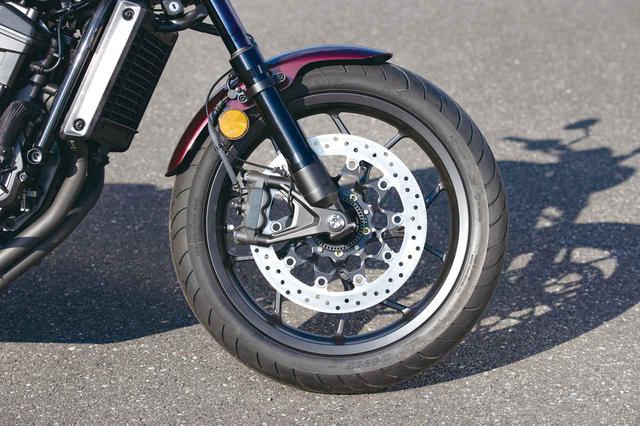 画像: ブレーキにはスポーツバイク顔負けのモノブロックのラジアルマウントキャリパーを採用、フォークには酸化チタンコートを施す。