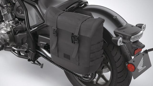 画像: サドルバッグ 左側 税込価格1万9800円 左側はマフラーがないため、大きめなバッグを装着できる。容量約14L。取り付けにはステー(税込3万4100円)が必要。