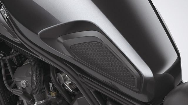 画像: タンクパッド サイド 税込価格4400円 ダイヤモンドカットパターンのサイドパッド。ニーグリップする際に燃料タンクを傷つけず、滑りにくくなる。タンク形状に合わせた専用デザインとなっている。