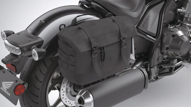 画像: サドルバッグ 右側 税込価格1万7600円 SWモテック製で、素材はバリスティックナイロンを採用。容量は約10L。ワンタッチで着脱可能だが専用ステー(税込3万1900円)が必要。