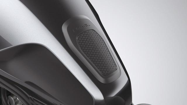 画像: タンクパッド センター 税込価格2200円 タンクデザインに合わせた専用のタンクパッド、レブルの車名ロゴ入り。ジャケットのファスナーやボタンなどがこすれてタンクが傷つくのを防ぐ。