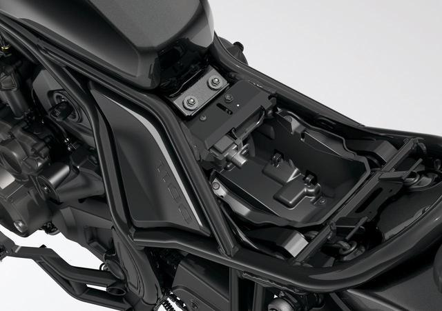 画像: シート下にはスマホの充電などに使えるUSBソケットを用意。ETC2.0も標準装備され、装備面も充実している。