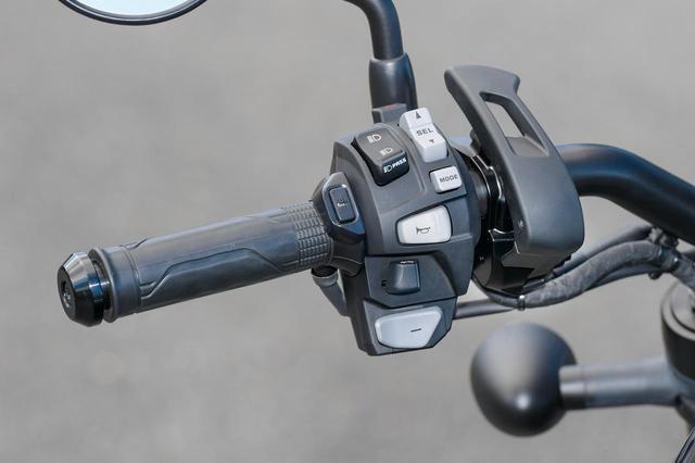 画像: DCT車 スイッチボックスは共通だが、DCTにはシフトボタンとパーキングブレーキが追加されている。