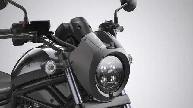 画像: ヘッドライトカウル 税込価格1万1000円 スポーティなイメージのミニカウル。取り付けにはステー(2万7500円)が必要。