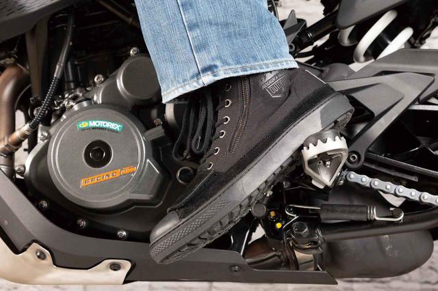 画像: ハイカットスニーカーのフォルムなのでジーンズとは相性抜群。段差のないソール形状でステップワークもやりやすい。前面のシューレースで好みのフィット性が得られる。ジッパーは車体を傷付けないよう、外側に配置されている。