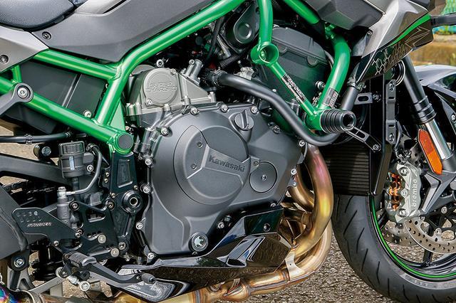 画像: クランク回転に連動して過給するスーパーチャージャーを装備した998㏄直4エンジン。鋼管トレリスフレーム採用もZ H2のイメージを引き立たせる部分。
