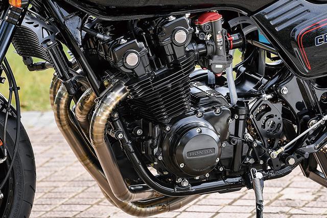 画像: エンジンはCB1100Fをベースにヴォスナーφ72mm鍛造ピストンを組んで[純正:1062→]1123cc化。クランクのダイナミックバランスやジャーナルラッピング(軸部分の精密研磨/平滑化加工)、クランクケースのポンピングロス加工やシリンダーヘッドのバルブガイド入れ替え等の加工は、空冷Z同様のRCM仕様。カムチェーンやミッションベアリング、ハーネスはジェイズ製で、他は純正パーツを揃えていった。