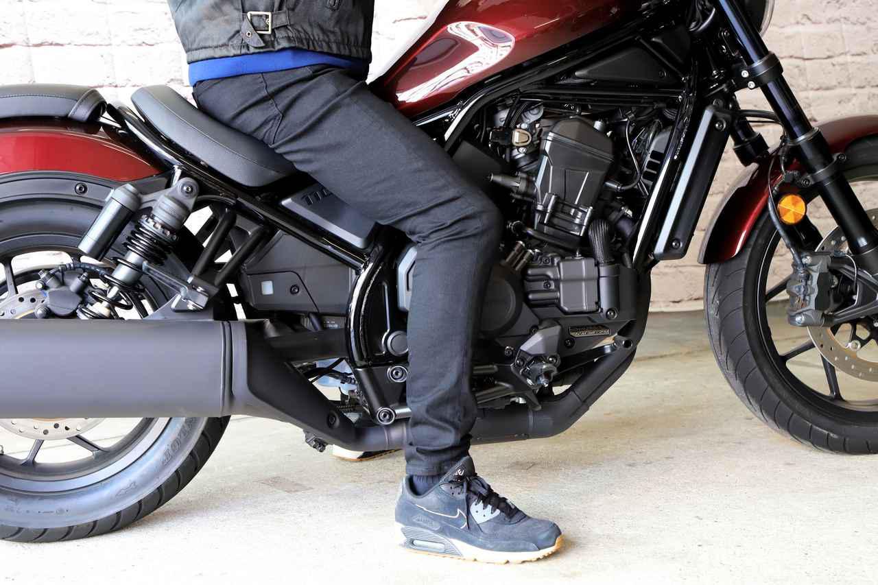 画像: レブル1100シリーズのシート高は700mm。身長177cmの筆者が跨ると、スニーカーでも膝が曲がった状態で両足かかとまで接地する。