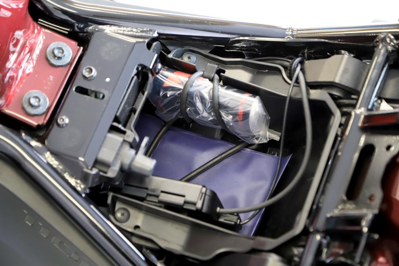 画像: シートの下にちょっとした収納スペースがあるのもレブル1100の魅力。書類と車載工具、ETC車載器にプラスして、サングラスや、財布くらいは入る。レインスーツも超コンパクトなものなら入りそう。