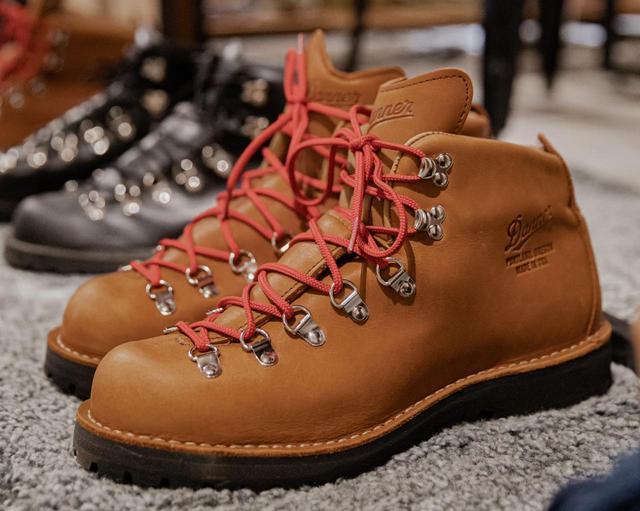 画像: こちらはマウンテンブーツの老舗・ダナーの名作「マウンテンライト」。こんな風に赤い靴紐にするのが流行りました。