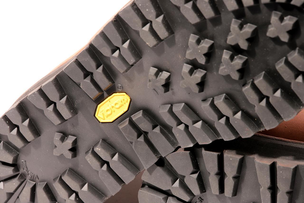 画像: かかとからつま先まで一体のソールを採用。かかと部分のソールの厚みは実測で約35mm。スニーカーなどと比べると足つき性&グリップ力は格段にアップするでしょう。