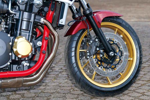 画像: フロントブレーキキャリパーは従来モデル譲り。新作のホイールは軽量で質感も高く、剛性バランスを追求し、左右にクロスするスポークデザイン。