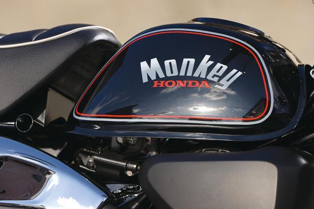 画像: ブラックをベースにシルバー×レッドのラインで囲まれた80年代らしい車名ロゴが光る。