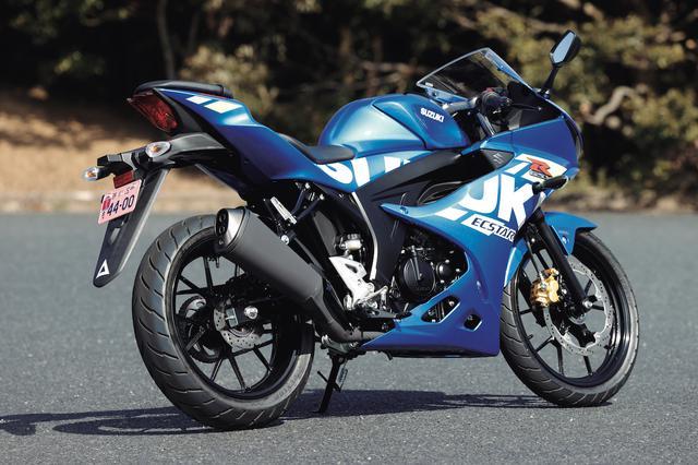 画像: ▲ボディ全面、左右に入る大胆な「SUZUKI」ロゴが入るグラフィックは、GSX-Rシリーズ共通のデザイン。今回の試乗車はMotoGPカラーのブルーで、レーシーなイメージを強調。