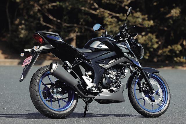 画像: ▲タイタンブラックは精悍な印象で、2021年モデルはブルーのホイールを採用。もう1色、MotoGPカラーのトリトンブルーメタリックもラインアップする。車体はスリムだが、燃料タンクとシュラウドの造形により抑揚のあるフォルムとしている。