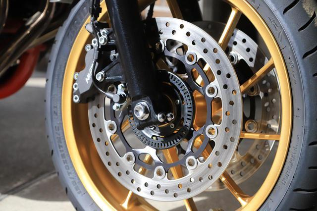 画像: 油圧式ダブルディスクのサイズはΦ310mm。内側にある黒いリングはABSの車輪速センサーリング。フォークとキャリパーの間にあるのが、車輪速センサーだ。