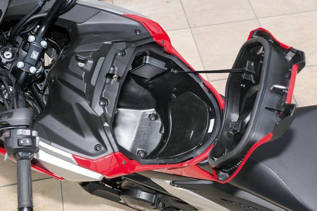 画像: ライダー前方に設けられ抜群の利便性を発揮するトランクスペースは、バッテリーなどの部品の配置を見直すことで容量を23Lに拡大。