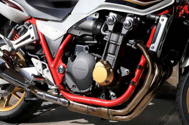 画像: 1284cc直4エンジンの熟成度は高い。2021年モデルは、赤フレーム+ゴールドのポイントカバーが採用され、よりいっそうの存在感を放つ。排気音も力強く、ビッグバイクならではの魅力が詰まっている。
