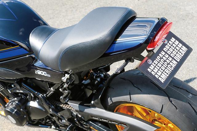 画像: Z900RSの全体感をすっきりさせるロングテールカウルとテールランプ延長キットもアメリカンドリームオリジナルパーツ。シートも表皮変更済みだ。