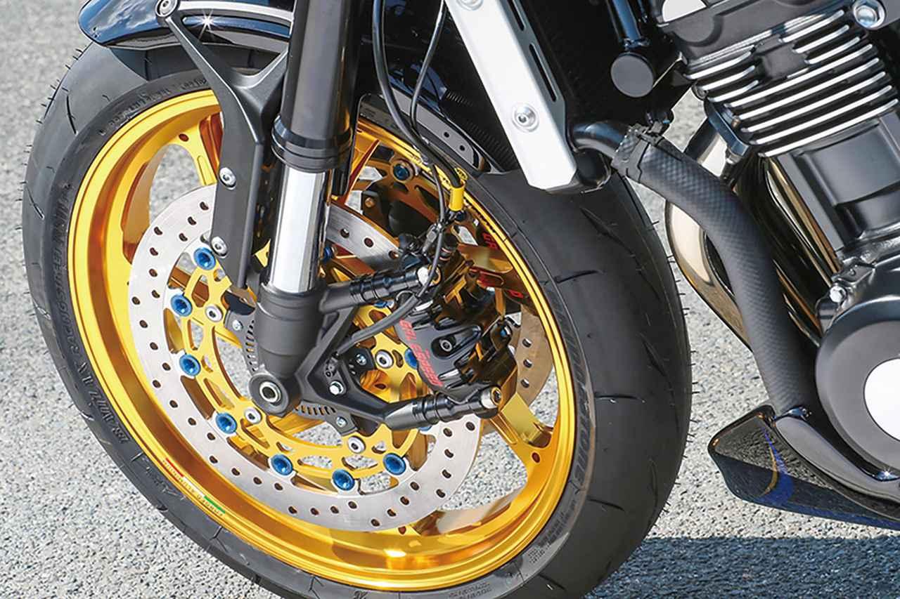 画像: フロントブレーキまわりはゲイルスピード・エラボレート4Pキャリパー+サンスター特注φ320mmディスクの組み合わせ。ローターピンにはアメリカンドリームの文字が入る。