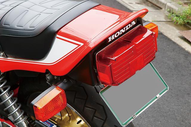 画像: シートはCB-F純正を加工、テールライトもCB-F純正品。赤×白のボディカラーはCB750Fボルドール2(CB750FBB)を再現している。