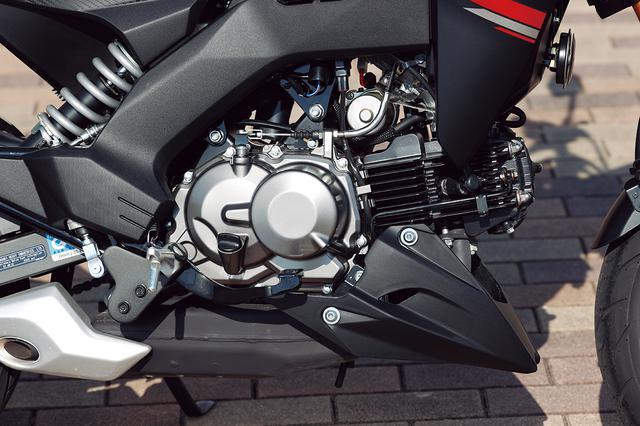 画像: エンジンは旧KSR用から発展した124cc 空冷単気筒。4速ミッションにマニュアルクラッチを組み合わせ、スポーティな走りが可能。