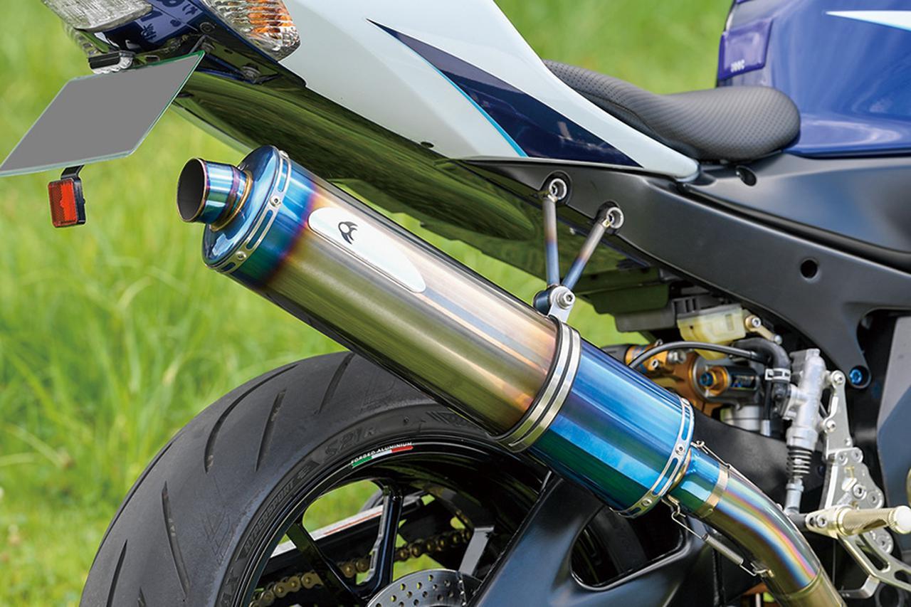 画像: マフラーはケイファクトリー製フルチタンで、焼き色のブルーは車体色にも合っている。各部ボルトはβチタニウム製に変更されている。