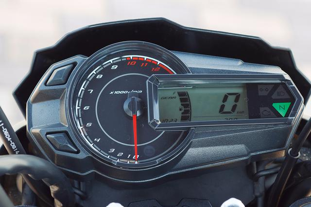 画像: メーターは多機能で、125ccクラスの中でも豪華な部類。ギアポジションインジケーターや燃料計、時計などを表示する。