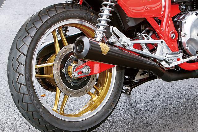 画像: フレームもスイングアームもFBB同様に赤で仕上げられるが、リヤブレーキなど制動面や車体まわりは現代の空冷CB1100そのままなのだ。