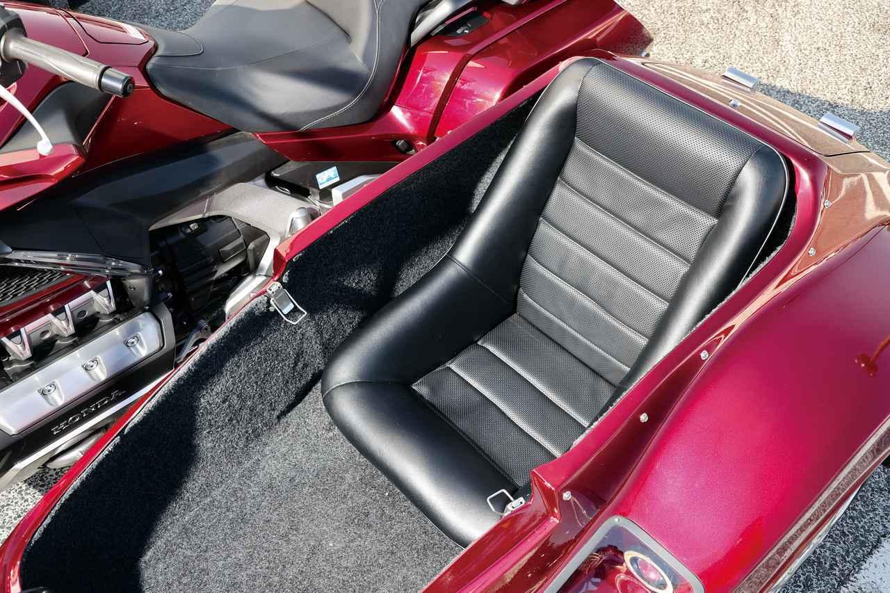 画像: バケットタイプのシートはホールド性抜群。サイドカー先端部にはフットレストも用意され、快適なクルーズを楽しめる。