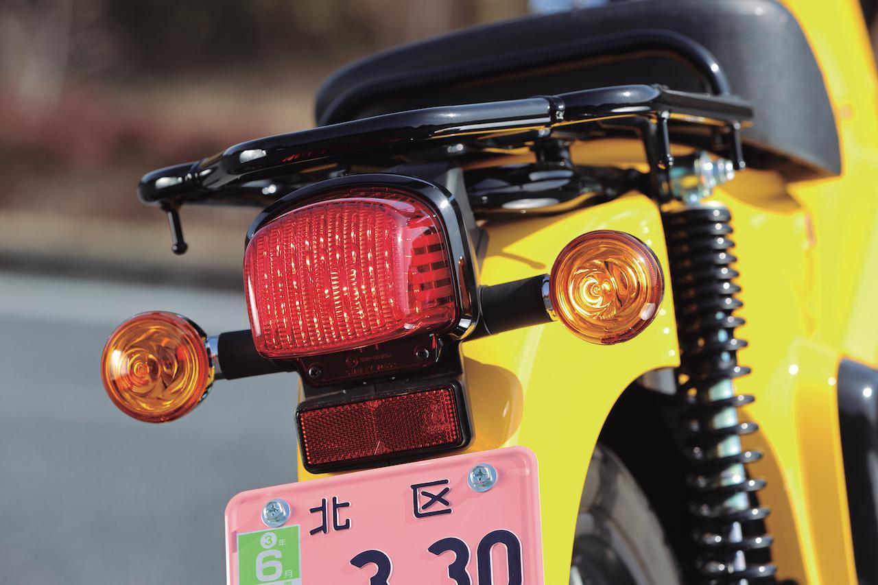 画像: 2020年6月発売のモデルから、二輪車灯火器基準に関する法規に対応したテールランプを採用、リアウインカーの位置も変更された。
