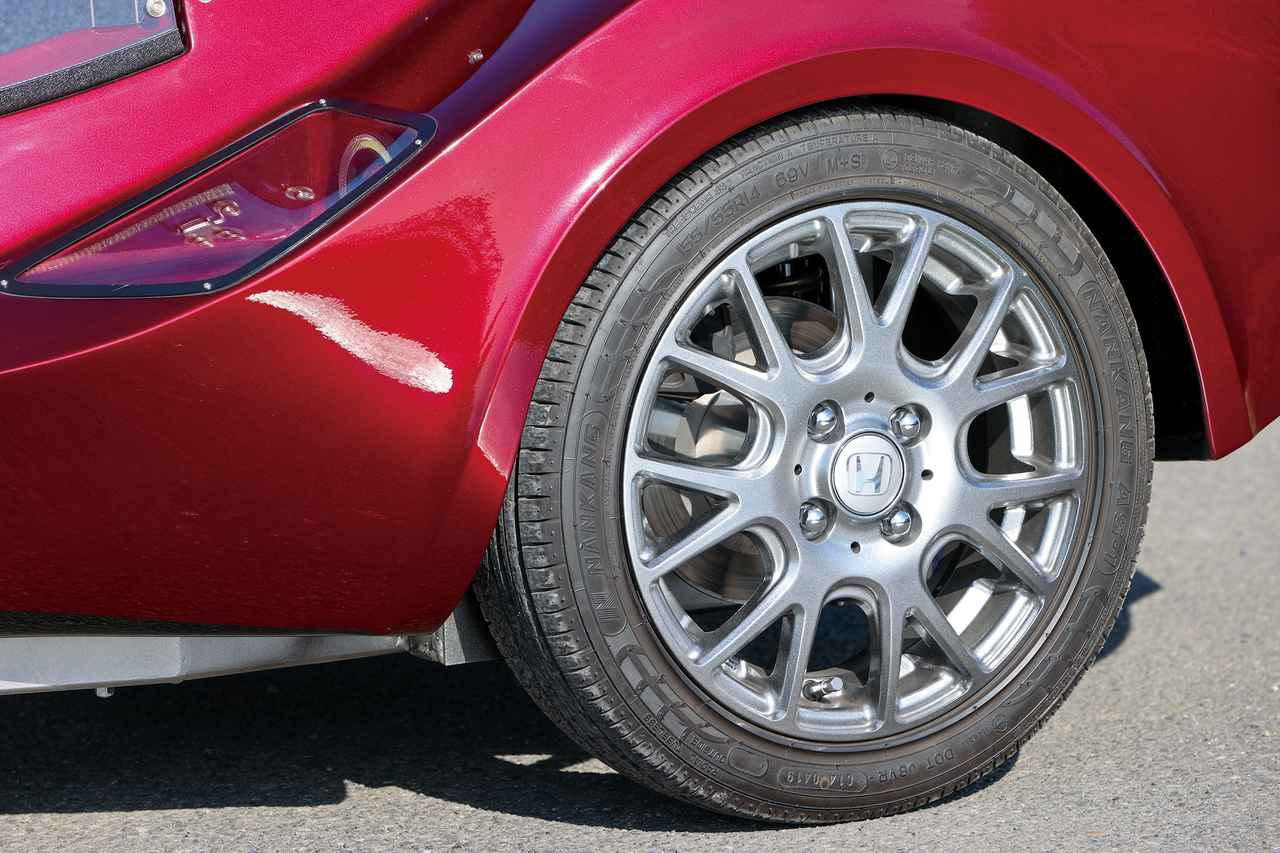 画像: 側車側のタイヤサイズは155/55R14。オーナーのこだわりで、ホイールのセンターキャップにはホンダの4輪用のものを装着。