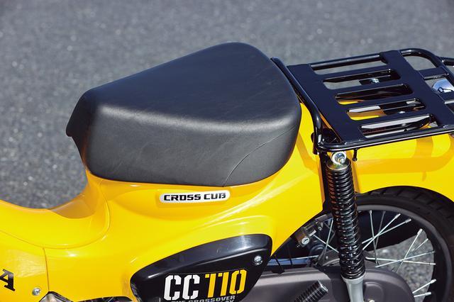 画像: 他のカブシリーズよりもフラットで肉厚のシートは座り心地も良好。通勤通学、ツーリングなど多用途に対応する。