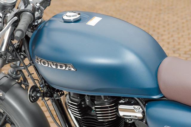 画像: 燃料タンクは丸みを帯びたシンプルな形状で、15Lという余裕のある容量を確保。シンプルなカラーリングにホンダロゴがよく映える。