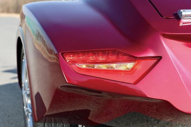 画像: オーナーのこだわりで、側車のテールランプにはゴールドウイングの純正ランプを装着。ボディラインの加工にも苦労したそうだ。
