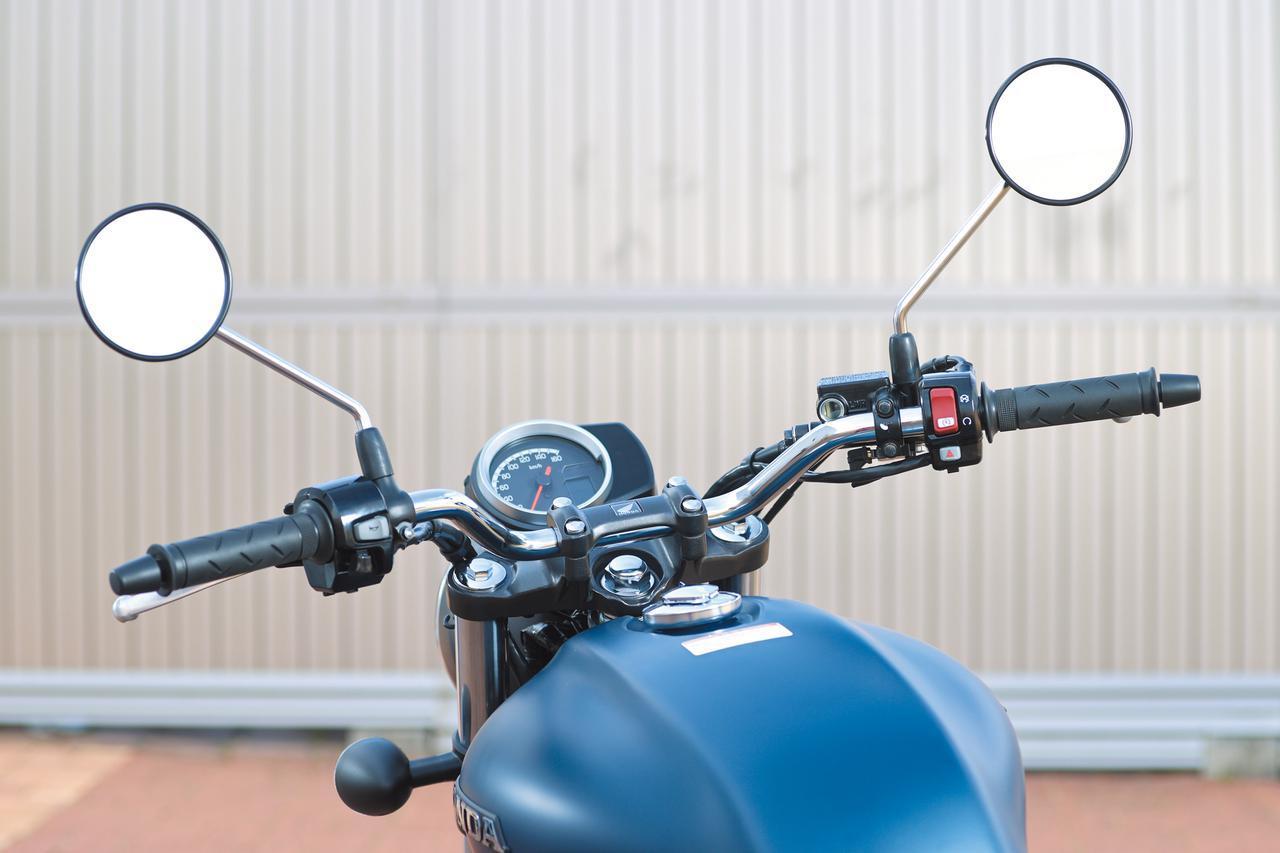 画像: ワイドなバーハンドルは操作入力がしやすく、軽快なハンドリングにも貢献。メーターも加えた光景は、まさしく最新スポーツバイクのいでたちだ。